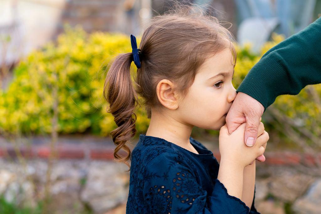 'Jeszcze stosunkowo niedawno wielką popularnością cieszyło się przekonanie, że dzieci służą do tego, żeby zadowalać rodziców i otoczenie. Ogólnie rzecz ujmując, mają być grzeczne (cokolwiek to znaczy), posłuszne i za wiele nie przeszkadzać. A to oznacza, że jeśli, ciocia, babcia czy wujek mają potrzebę lub ochotę przytulić albo pocałować dziecko to jego/jej obowiązkiem jest to zrobić i już. Szczęśliwie odchodzimy od tego błędnego przekonania'