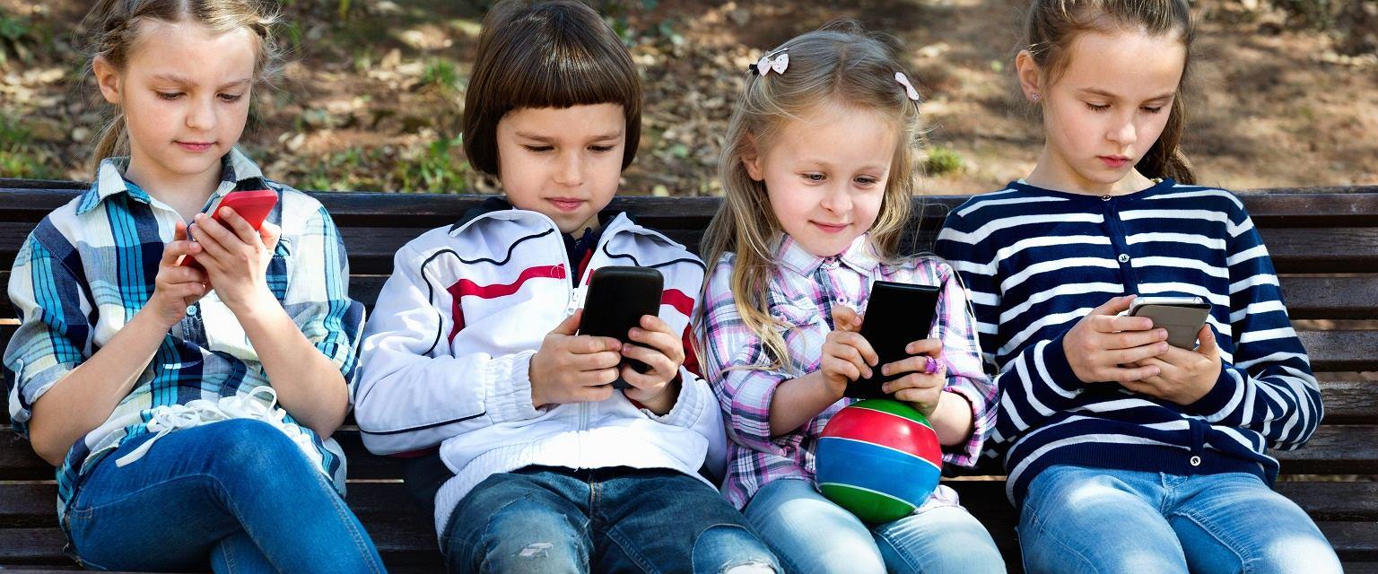 Dzieci ze smartfonami (fot: Shutterstock)