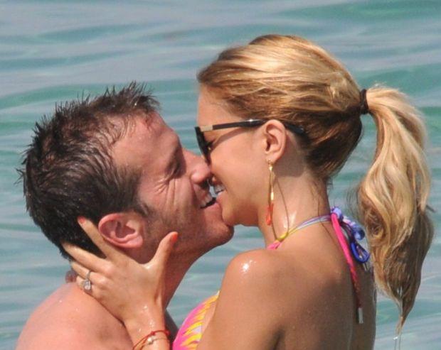 147497 NO CREDIT 2012-06-20   St Tropez France   Rafael van der Vaart et sa femme Sylvie Meis profitent de la plage.