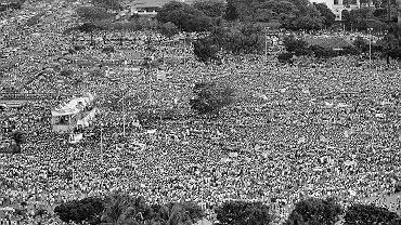24 lutego 1986 r. Dwa miliony Filipińczyków demonstrujących w Manili na EDSA, czyli alei Objawienia się Świętych, nie posiadało się z radości, gdy radio podało niepotwierdzoną wówczas jeszcze wiadomość, że Ferdinand Marcos uciekł z kraju. W rzeczywistości dopiero następnego wieczora dyktator odleciał na Hawaje. Rządził 21 lat, naród obalił go w cztery dni.