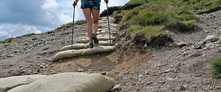 Szlaki w Tatrach zostały wyłożone wypełnionymi workami jutowymi