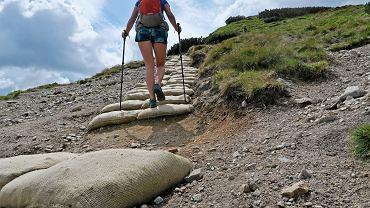 Tatry. TPN wyłożyli część szlaków w Tatrach Zachodnich workami jutowymi
