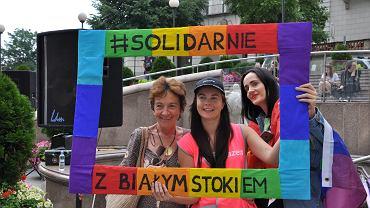 Ponad sto osób demonstrowało w sobotę na placu Chrobrego w Bielsku-Białej swój sprzeciw wobec wydarzeń w Białymstoku i solidarność ze środowiskami LGBT. 'Solidarnie z Białymstokiem', 'Jestem sojuszniczką LGBT', 'Ile jeszcze litrów czerwieni, aż się coś zmieni' - na placu pojawiły się banery i tabliczki z takimi hasłami. W manifestacji wzięli udział m.in. politycy Partii Razem, Wiosny, SLD, Nowoczesnej, działaczki Czarnego Protestu, lokalni społecznicy. Przyszło ponad sto osób. - Nie lubię brać udziału w takich wydarzeniach, ale w takich chwilach milczeć po prostu nie wolno. Najpierw byli uchodźcy, teraz osoby LGBT, każdy z nas może - mówił jeden z uczestników. Manifestacja zaczęła się od występu zespołu Kraina Wolności, który śpiewał: 'przestań ciągle mówić mi, jak mam żyć, jak mam żyć'. Żadnej kontrmanifestacji nie było. Jeden z mężczyzn próbował okrzykami zakłócić przebieg manifestacji, jak się potem okazało, był poszukiwany do odbycia kary więzienia.