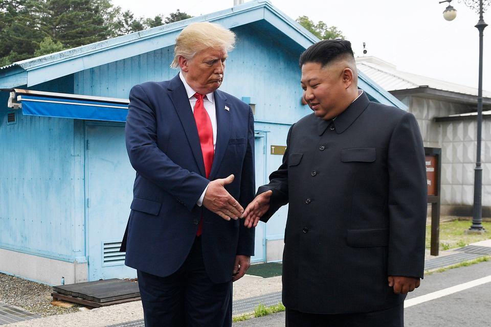 Donald Trump i Kim Dżong Un podczas spotkania w Panmundżonie, na granicy obydwu Korei. Po wizycie w Seulu Trump niespodziewanie ruszył na granicę, by zapisać się w historii jako 'pierwszy urzędujący prezydent USA, który postawił stopę w KRLD' i spotkać się z Kimem. Panmundżon, 30 czerwca 2019 r.