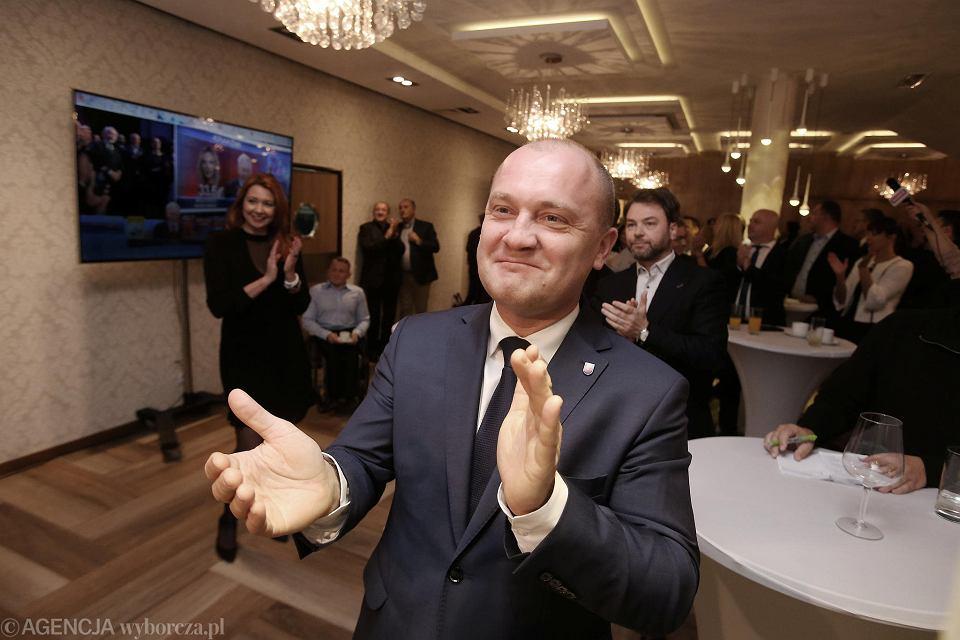 Piotr Krzystek podczas wieczoru wyborczego po pierwszej turze