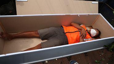 Indonezja. Kopanie grobów lub leżenie w fałszywej trumnie karą za brak maseczki