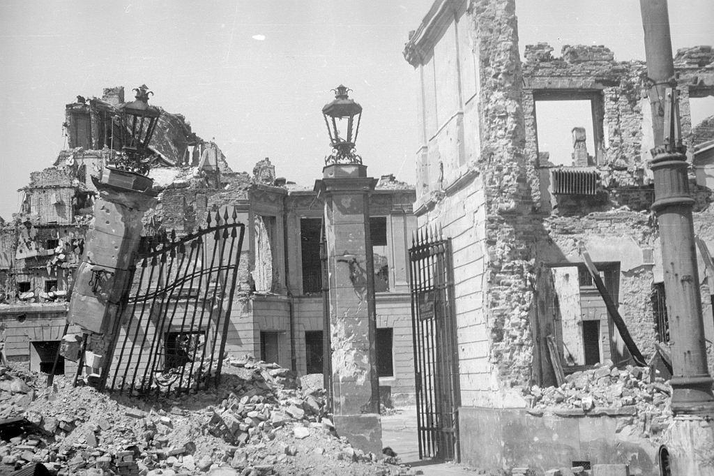 Ruiny zniszczonego w powstaniu Pałacu Blanka przy ul. Senatorskiej. To w nim kula snajpera dosięgnęła Baczyńskiego