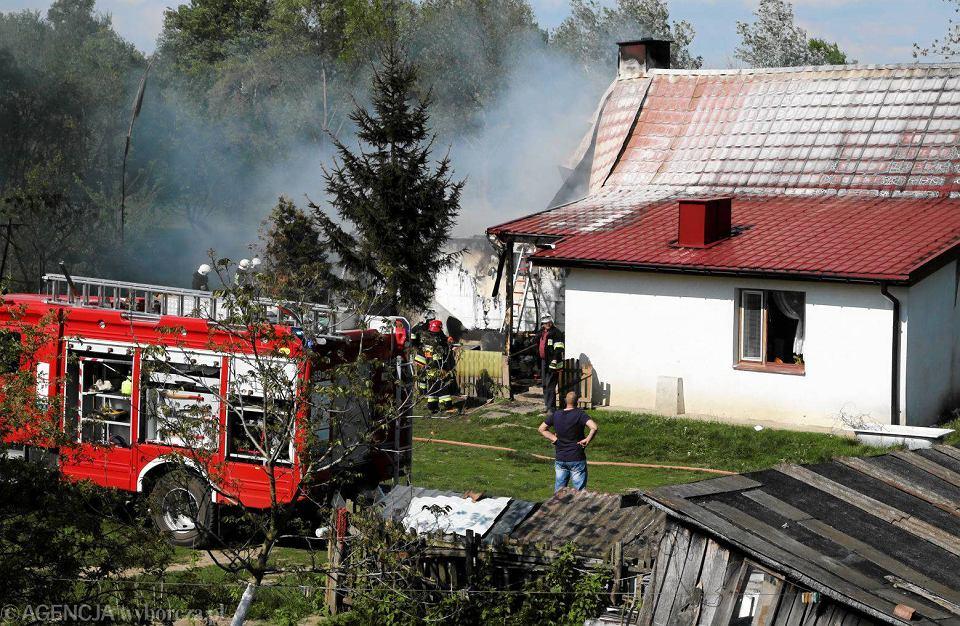 Zdjęcie numer 3 w galerii - Pożar domu w Białobrzegach. Gasiło go sześć zastępów straży [FOTO]