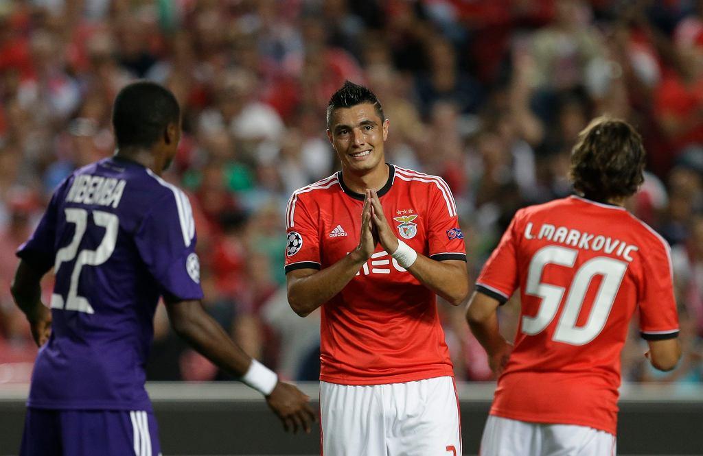 Niewiniątku Oscarowi Cardozowi towarzyszą na zdjęciu jego kolega z drużyny, Lazar Marković i Chancel Mbemba z Anderlechtu.