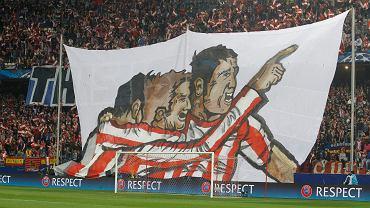 We wtorek odbyły się pierwsze mecze rewanżowe 1/8 finału Ligi Mistrzów. Niespodzianek nie było, Atletico Madryt wyeliminowało AC Milan (4:1, w dwumeczu 5:1) a Bayern Monachium wyeliminował Arsenal (1:1, w dwumeczu 3:1). To ogromny transparent kibiców Atletico z ich ulubieńcami