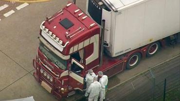 Policja bada ślady w ciężarówce, gdzie znaleziono zwłoki 39 osób. Thurrock, Wielka Brytania.