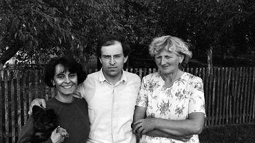 - Opiekowałam się nim, jak umiałam - opowiada Wanda Myszka. - Krowę doiłam, a Edzio stał z kubeczkiem i takie mleko prosto od krowy pił. Teraz mówi na mnie 'mleczna siostra' przez to mleko. Na zdjęciu z Édouardem w 1984 r.