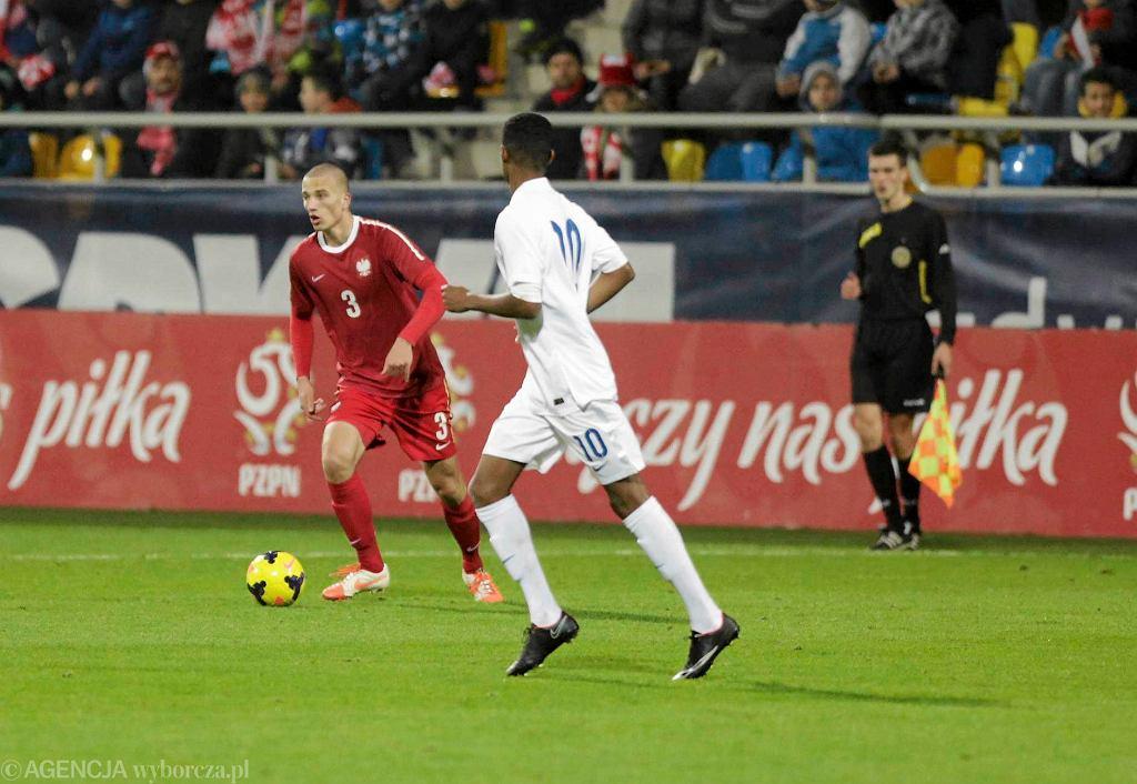 Listopad 2014. Szymon Jarosz (3) w towarzyskim meczu reprezentacji do lat 18, w którym Polska uległa w Gdyni Anglii 2:3