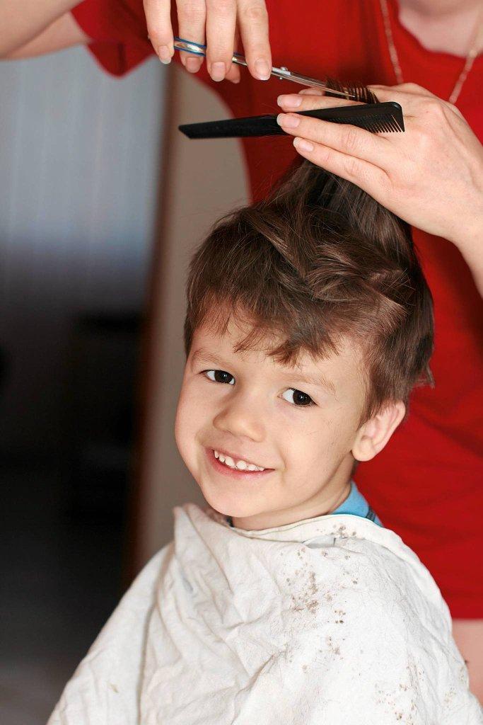 Przyjazne otoczenie i cierpliwość fryzjerki to połowa sukcesu przy strzyżeniu malca.
