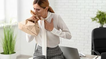 Przy napadach hiperwentylacji bardzo pomocne okazuje się oddychanie do papierowej torby lub w złożone dłonie. Pozwala to zwiększyć stężenie dwutlenku węgla we wdychanym powietrzu, chroni przed utratą przytomności, wyrównuje pH krwi oraz dotlenia organizm