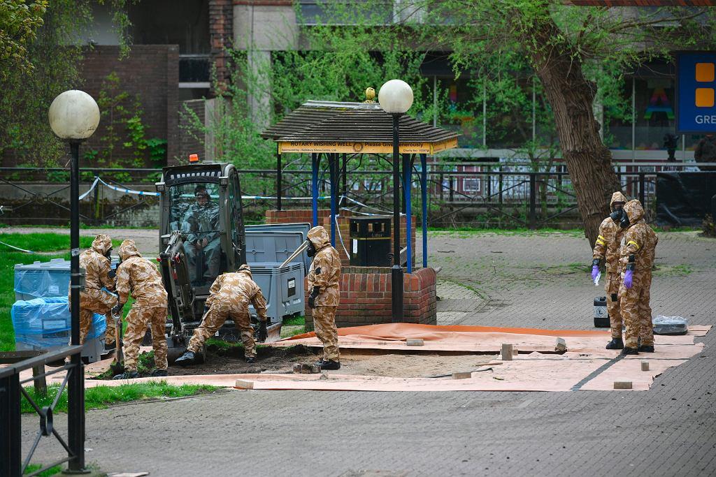 Brytyjskie służby w okolicy miejsca, gdzie znaleziono Siergieja i Julię Skripalów