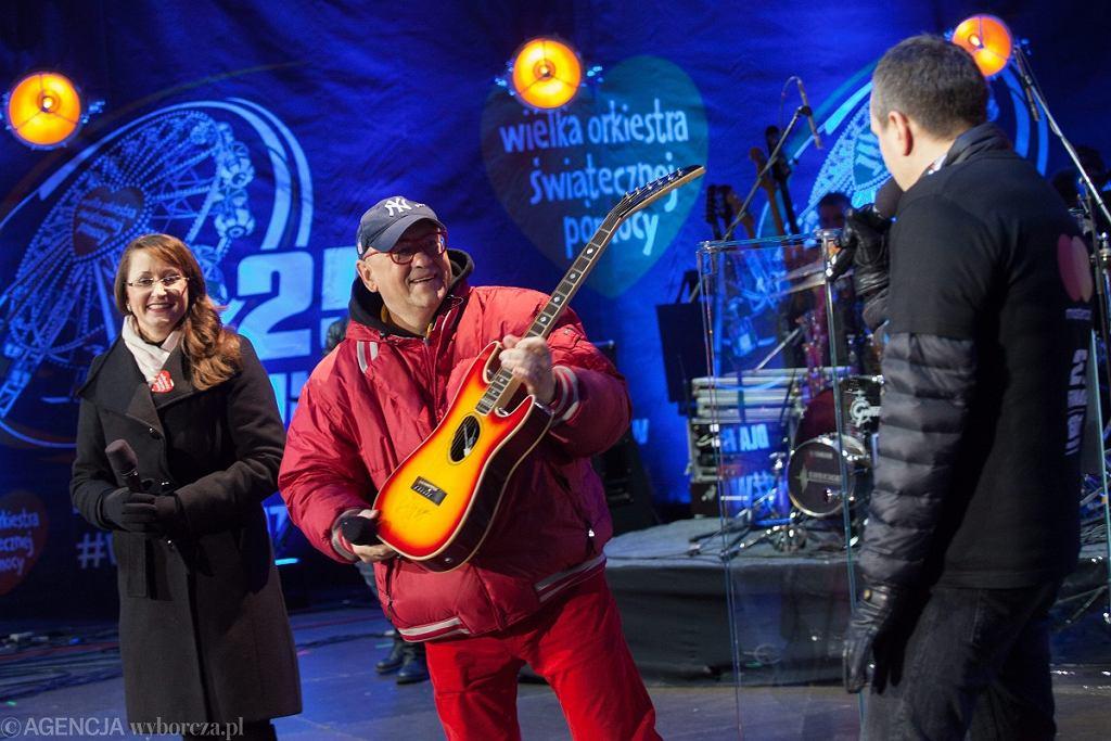Jerzy Owsiak z gitarą Micka Jaggera przeznaczoną na licytację Wielkiej Orkiestry Świątecznej Pomocy podczas finału WOŚP