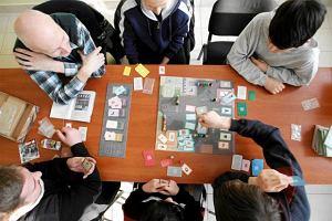 Gry towarzyskie na imprezę. 10 propozycji którymi urozmaicisz towarzyskie spotkanie