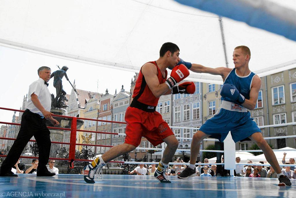 Turniej boksu amatorskiego na Długim Targu tuż przy fontannie Neptuna.