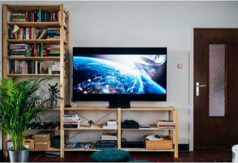 Ściana w salonie - półki i regały na książki i zdjęcia