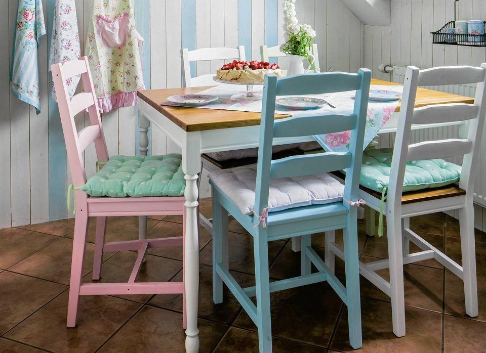 Pomaluj każde z krzeseł na inny kolor