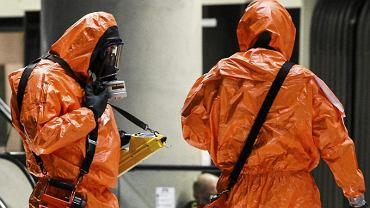 Skafandry zabezpieczające przed zagrożeniem chemicznym. Podobne skradziono ze szpitala w Paryżu