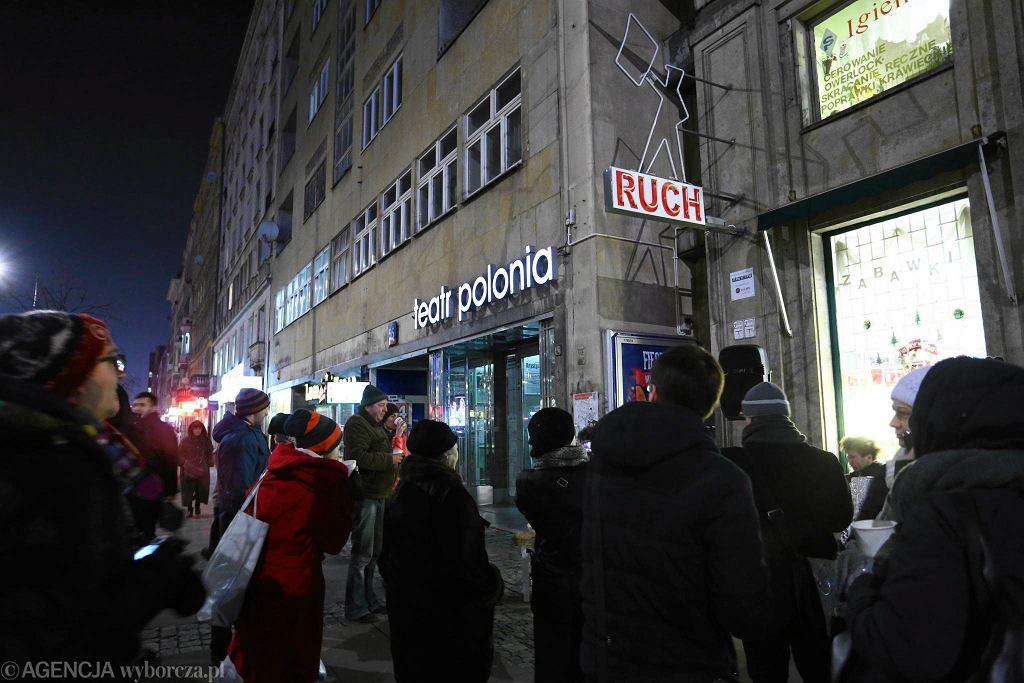 Neon Gazeciarz świeci na Marszałkowskiej / ADAM STĘPIEŃ