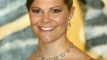 Księżna Szwecji ma szansę, by przyćmić Kate Middleton i królową Letizię? Połączyła klasyczny garnitur z wężowym printem