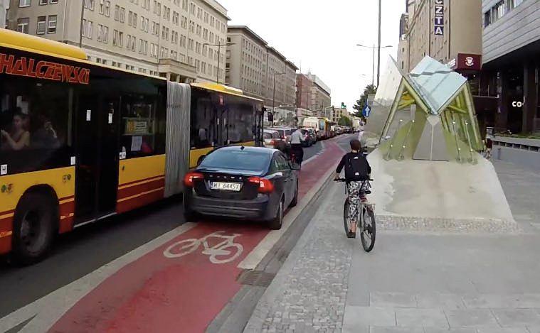 Czarne volvo jechało ścieżką rowerową