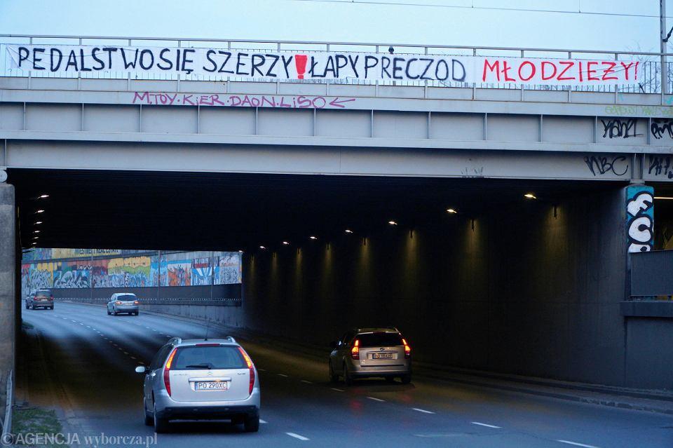 23 marca 2019 r. Homofobiczny baner na wiadukcie kolejowym nad ul. Hetmańską w Poznaniu