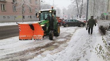 Białystok. Środowe (13 stycznia) opady śniegu sprawiły nie lada problemy na ulicach, chodnikach i drogach osiedlowych. Z rana służby komunalne nie radziły sobie z zimą. Ta - by tradycji stało się zadość - znów zaskoczyła drogowców