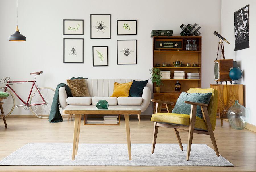 Nowoczesny retro salon pełny drewnianych i tapicerowanych akcentów