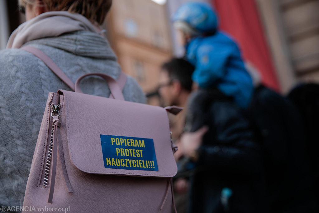 Protest 'Warszawa wspiera nauczycieli' pod Ministerstwem Edukacji Narodowej.