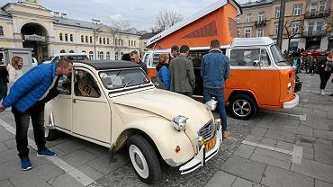 Zjazd starych pojazdów na Placu Wolności w Kielcach.
