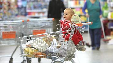 Wiozła dzieci w wózku sklepowym. Nieznajomy zwrócił jej uwagę. 'To nielegalne'