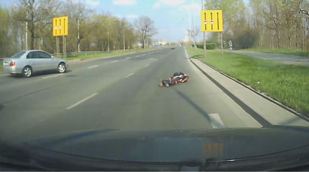 Kadr z nagrania przedstawiający motocyklistę po zderzeniu z jeleniem