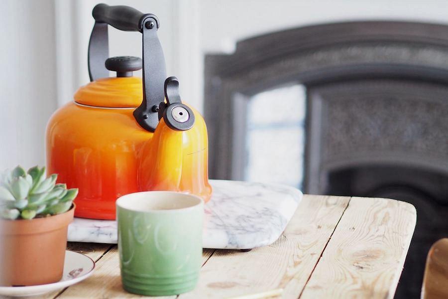 Pomarańczowy czajnik Le Creuset z kolekcji klasycznej