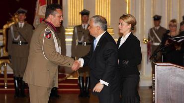 Lech Kaczyński odznacza Krzyżem Komandorskim Orderu Krzyża Wojskowego ppłk. Mariusza Pawluka