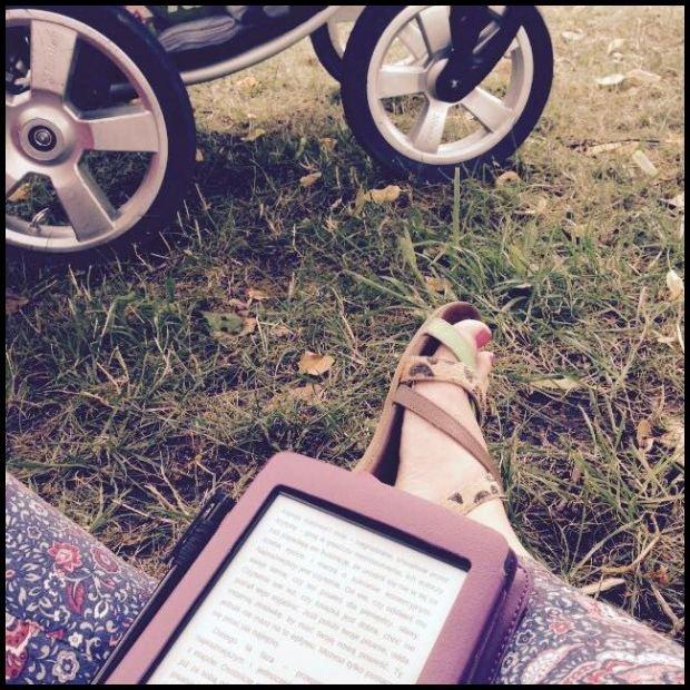 Dziecko śpi, zła matka nie buja, a czyta / fot. Agata Uhle