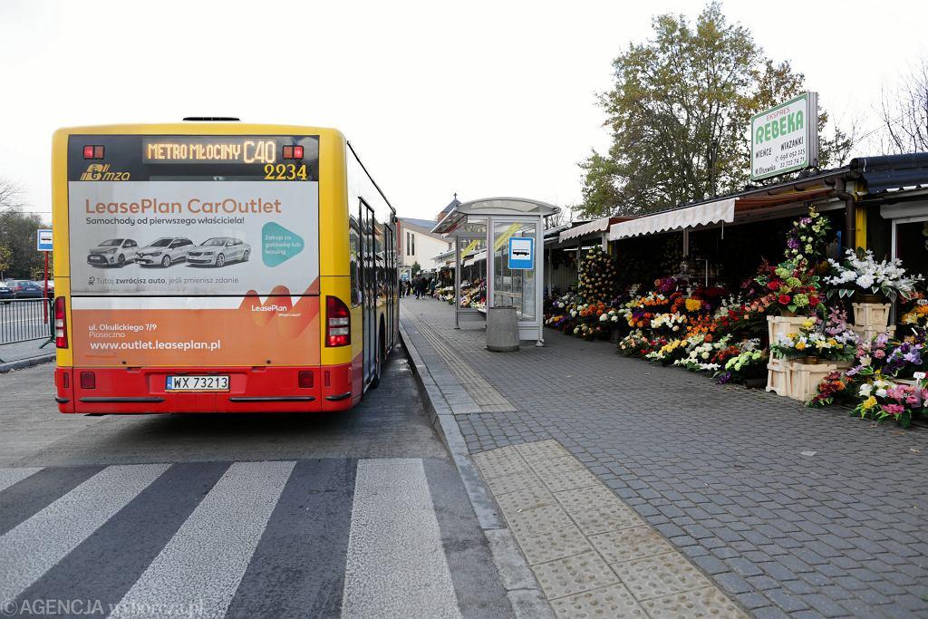 Autobus linii C40 przy Cmentarzu Północnym