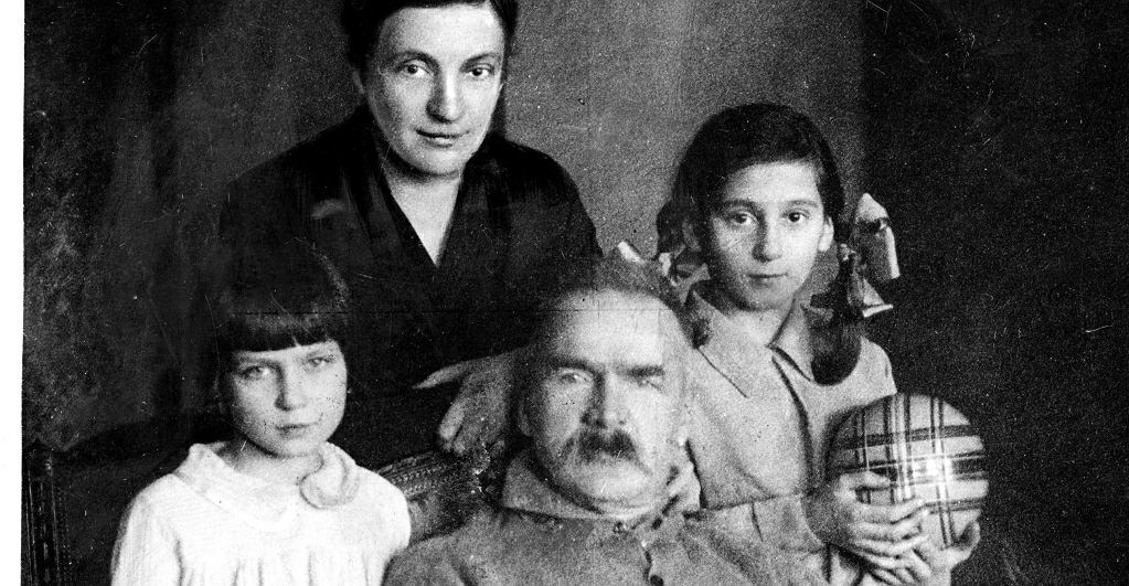 Józef Piłsudski w otoczeniu rodziny. Widoczne od lewej: córka Jadwiga, żona Aleksandra, córka Wanda