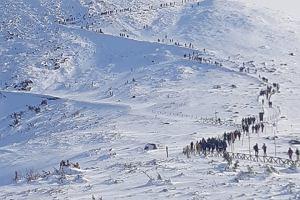 """Na Śnieżce jak w mrowisku, tłumy w Sopocie. """"Nasze społeczeństwo uwielbia kolejki"""""""