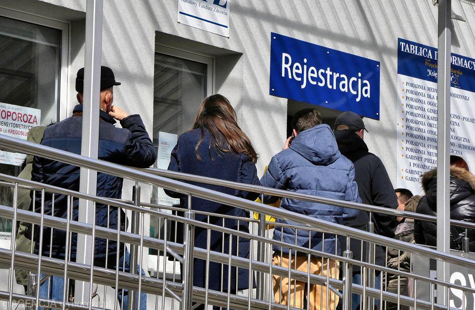 Koronawirus w Polsce. Kolejka do rejestracji w przychodni NFZ. Pacjenci wpuszczani są pojedynczo. Częstochowa, 16 marca 2020