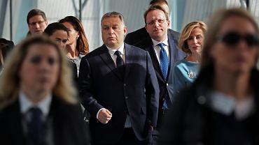Premier Viktor Orban - w środku