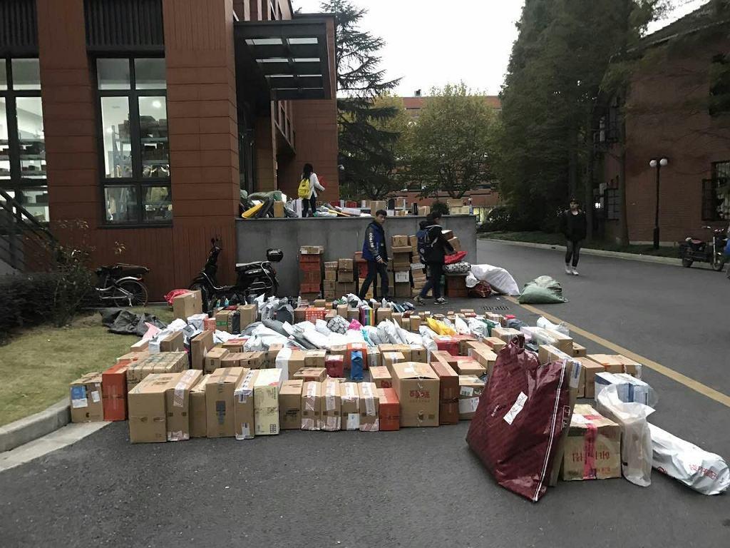 Jiaotong Univeristy w Szanghaju po Dniu Singla. Studenci zamawiają paczki na adres uczelni, żeby kurier ich tam zastał w środku dnia