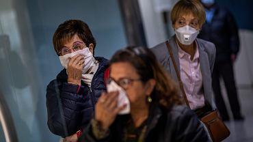 Hiszpanie czekający na testy na koronawirusa