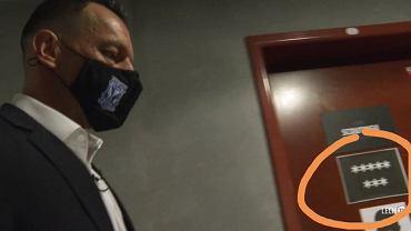 Obraźliwy symbol na drzwiach Lecha Poznań uderzający w PiS