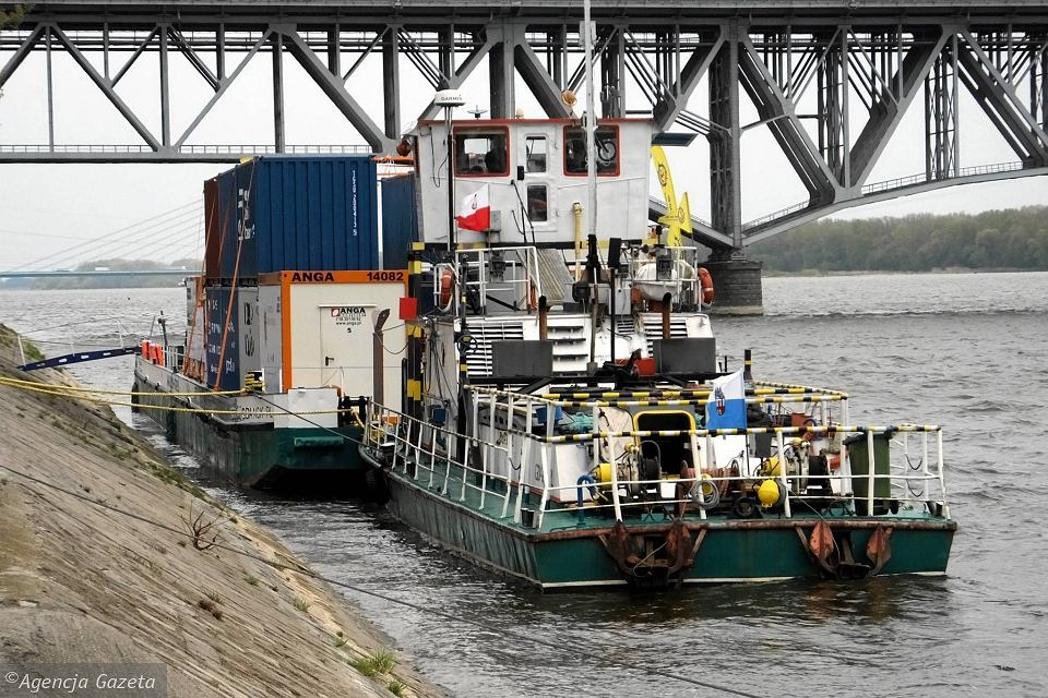 Barka z kontenerami przy płockim nabrzeżu zacumowała we wtorek ok. godz. 16, w dalszą drogę wypłynie w środę o 6 rano
