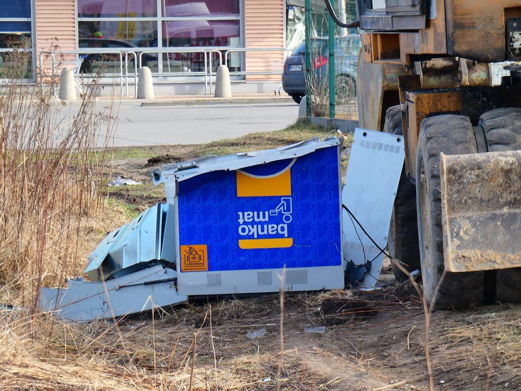 Mościska. Ukradli bankomat przy pomocy koparki