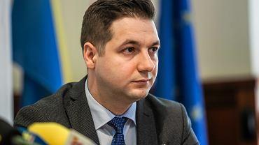 Patryk Jaki podczas konferencji w Sofii mówił po angielsku / zdjęcie ilustracyjne